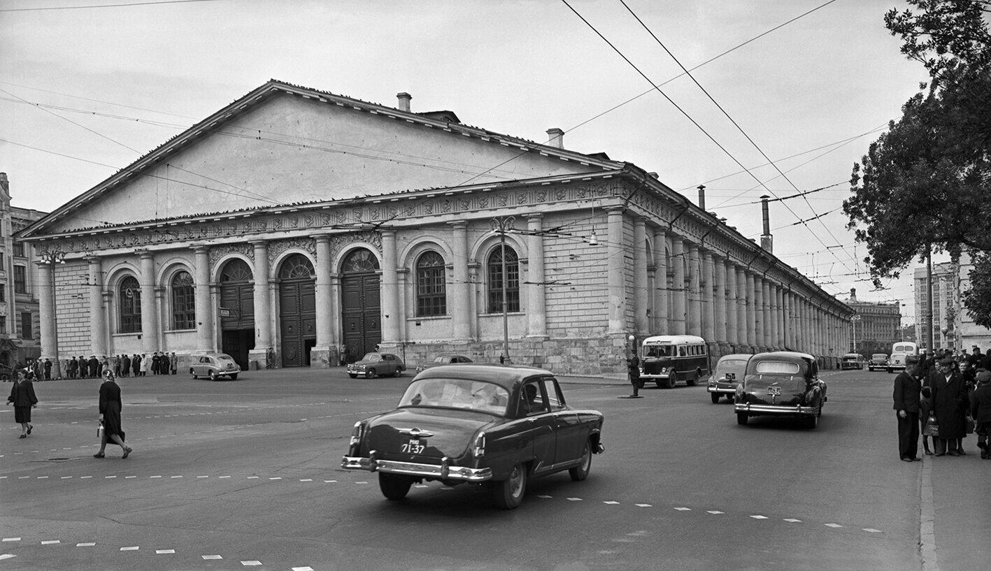 Вид на здание Центрального выставочного зала (бывшее здание Манежа). Фото В. Соболева. 1 июня 1957 года. Главархив Москвы