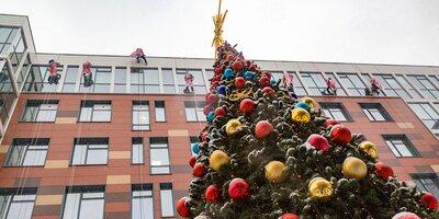 Новогодний десант Дедов Морозов поздравил детей в Морозовской больнице