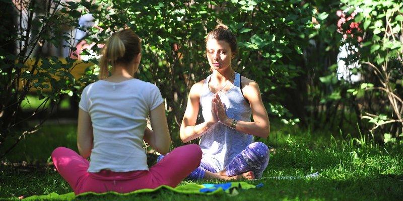 Тренировки на свежем воздухе: йога возвращается в парки
