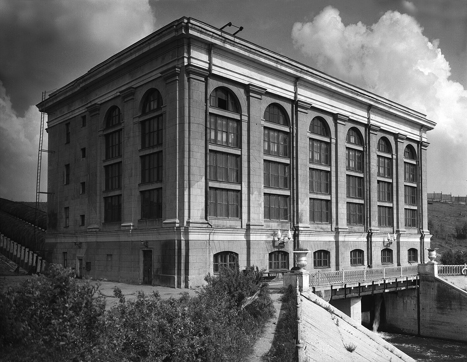 The building at one of the Moscow-Volga canal locks. Photo by B. Ignatovich. 1930s. Moscow Glavarchiv