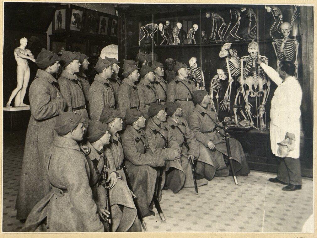 Филипп Федулов проводит экскурсию для группы курсантов полковой школы ОГПУ на тему «Происхождение человека». 1920-е годы. Главархив Москвы