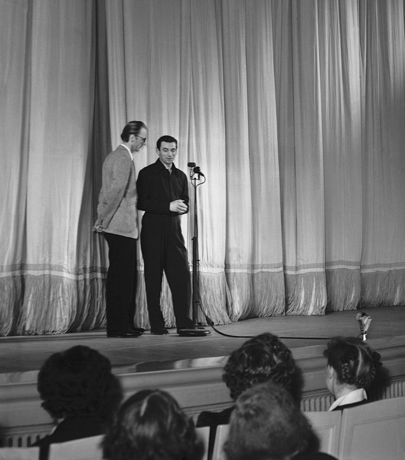 Французский певец-шансонье, актер Ив Монтан (справа), приехавший на III Московский международный кинофестиваль, во время выступления. Фото Б. Трепетова. 7–21 июля 1963 года. Главархив Москвы
