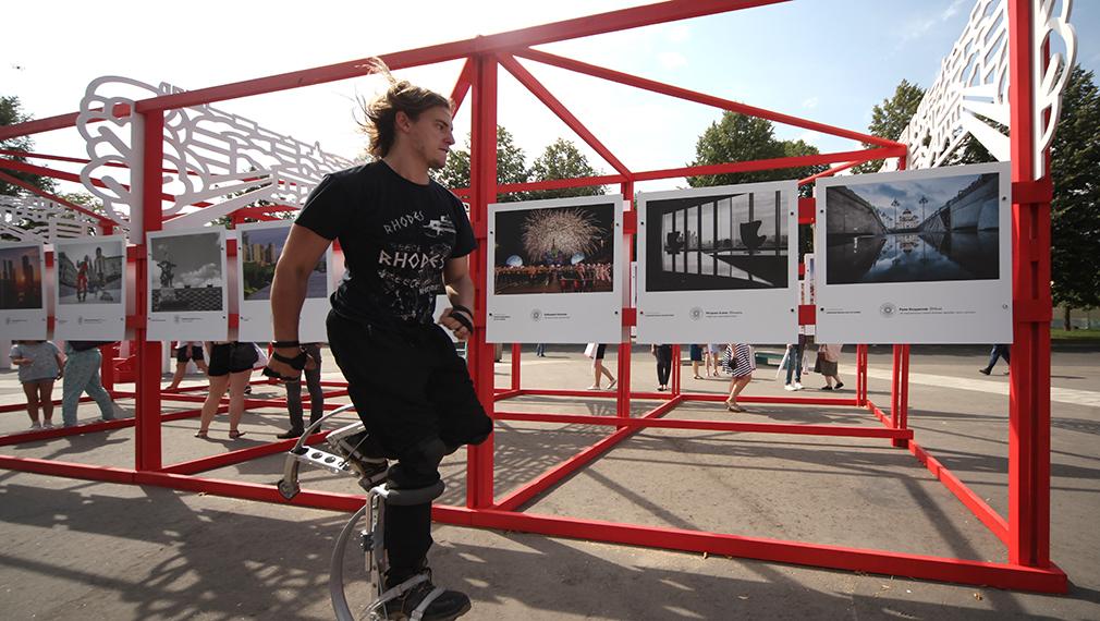 НаВДНХ открылась выставка городской фотографии «Планета Москва»
