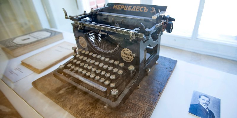 Stories of things: Early 20th century typewriter