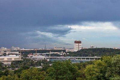 Гроза, ветер и град: в Москве снова ухудшится погода