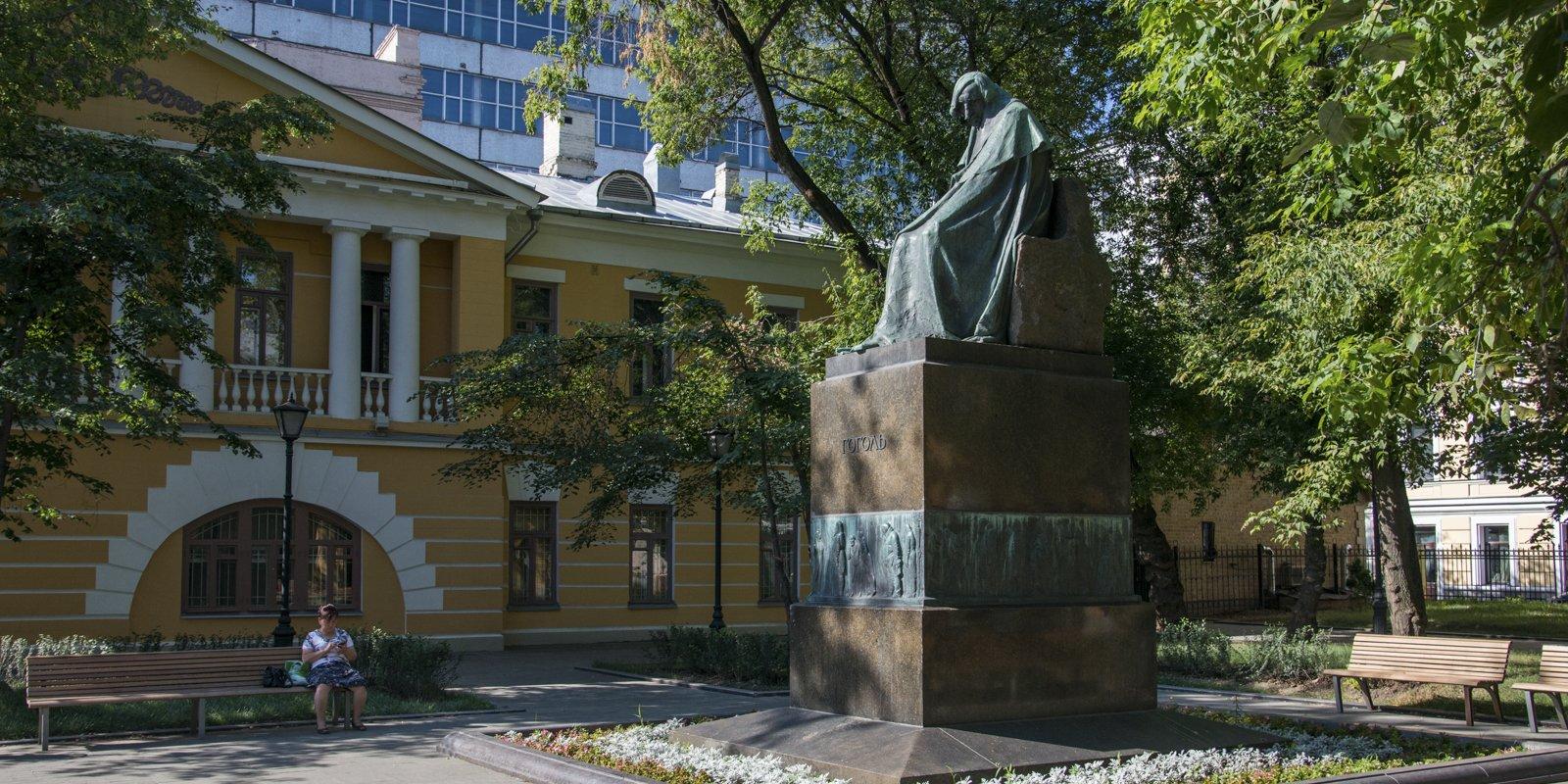 Как у Арбатской площади появилось три памятника Гоголю