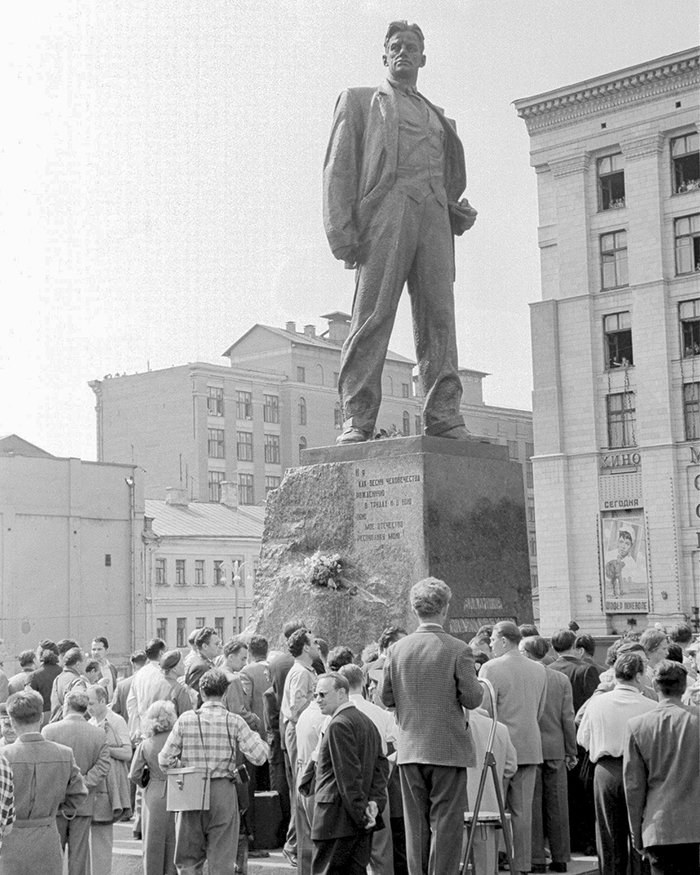 Unveiling the monument to poet Vladimir Mayakovsky on Mayakovsky Square. Photographer Valentin Mastyukov. Moscow, 29 July 1958.  Courtesy of Main Archives of Moscow
