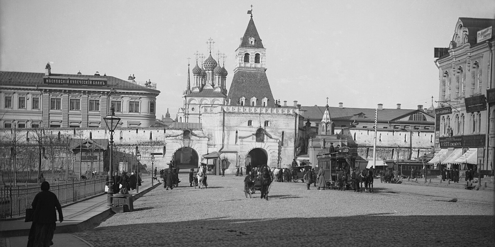 Facade of the Ilyinsky Gate of the Kitai-Gorod Wall facing Novaya Square. Photo by P. Pavlov. End of the XIX - beginning of the XX century. Moscow Glavarchiv