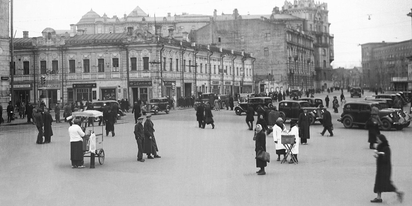 Muscovites at the Turgenevskaya Square. Mid 1930s. Moscow Glavarchiv