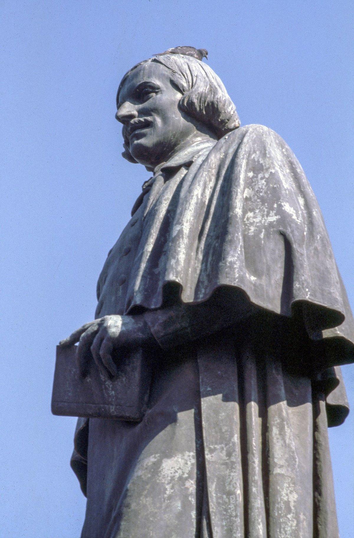 Памятник Н.В. Гоголю на Гоголевском бульваре. Автор Ю. Королев. 1970-е годы. Главархив Москвы