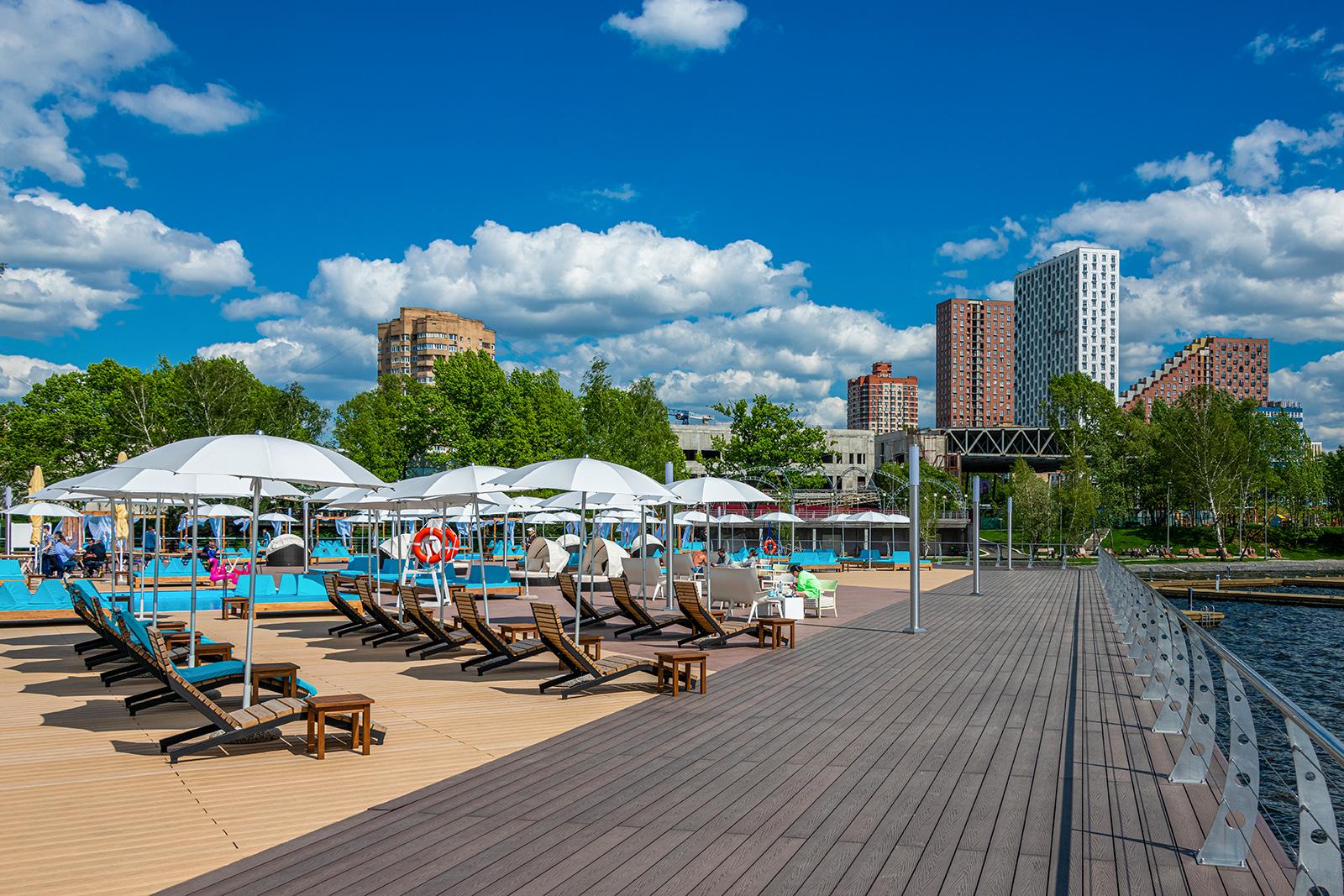 Пляжная зона с подогреваемыми бассейнами открылась на набережной Северного речного вокзала